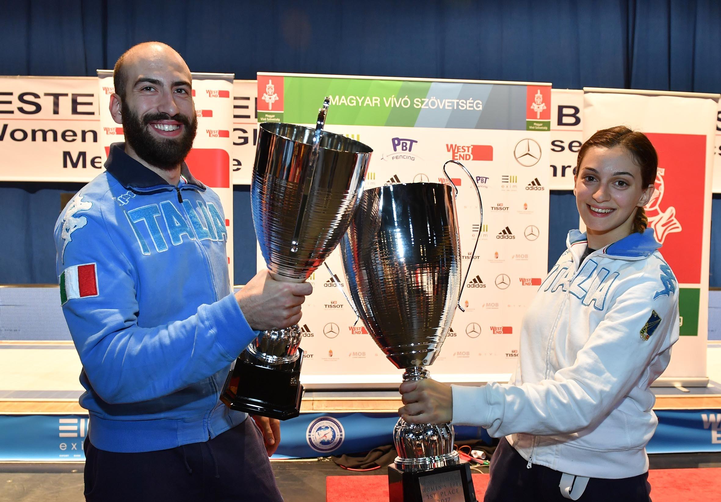 Rossella Fiamingo, prima, e Andrea Santarelli, terzo, festeggiano il successo azzurro nella Coppa del mondo di spada nella tappa di Budapest