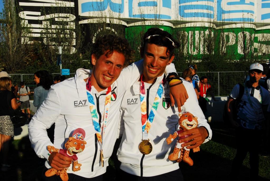 Alberto Zamariola e Nicolas Castelnovo festeggiano la medaglia d'oro nel due senza di canottaggio ai Giochi Olimpici Giovanili 2018 di Buenos Aires