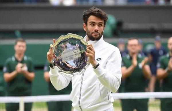 Matteo Berrettini con il trofeo da finalista di Wimbledon 2021