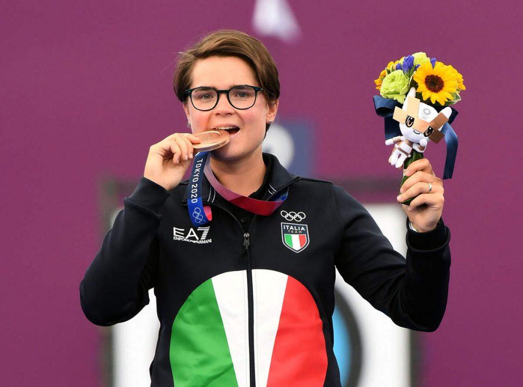 Lucilla Boari con la sua medaglia di bronzo conquistata nel tiro con l'arco alle Olimpiadi di Tokyo 2020
